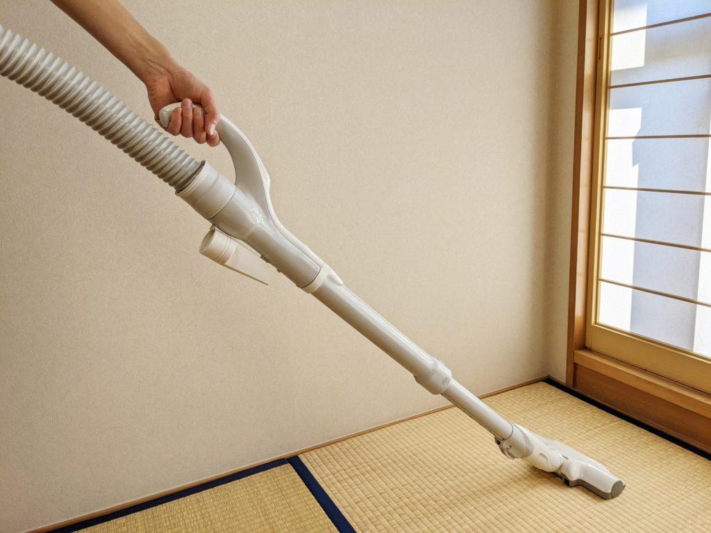 畳に掃除機をかける 写真